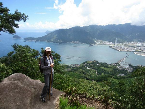 熊野古道女性一人旅応援プランの様子、天狗倉山にて尾鷲湾をバックに記念写真