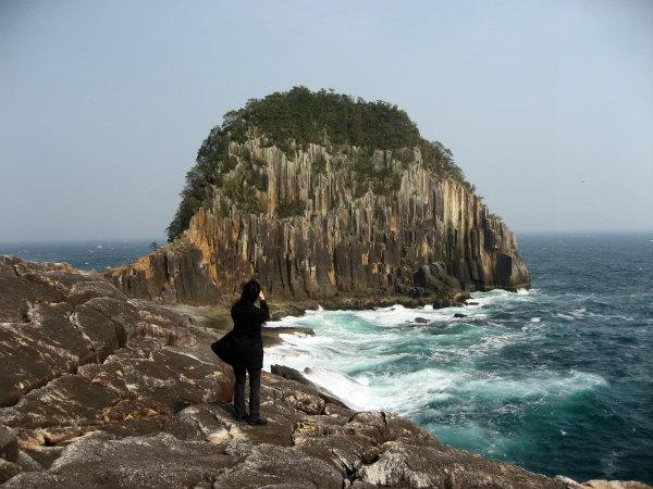 熊野古道女性一人旅応援プランの様子、楯ヶ崎と海を眺める