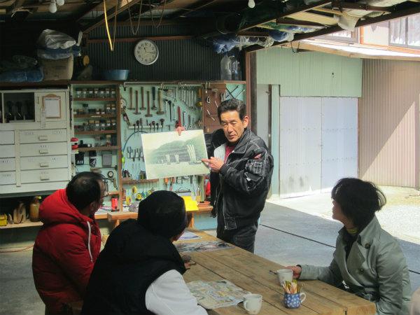川舟工房にて解説する熊野川体感塾の谷上嘉一さん