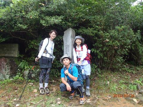 熊野古道伊勢路・馬越峠の世界遺産終了地点にてガイドの内山裕紀子とツアー参加の夫婦