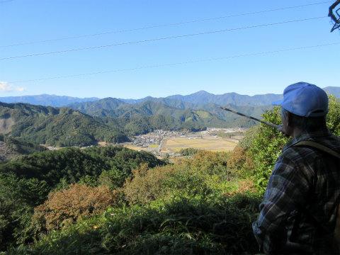 赤羽地区や仙千代ヶ峰を眺めながら話す語り部ガイド