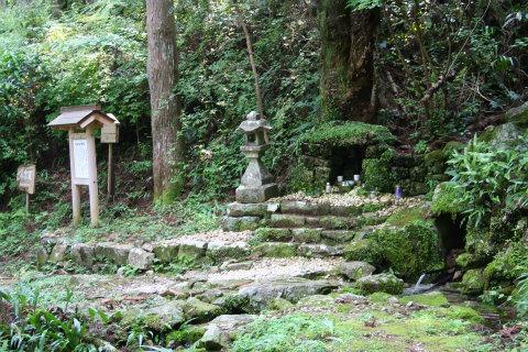 熊野古道伊勢路・横垣峠の水壺地蔵