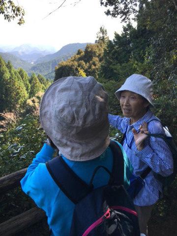 熊野古道中辺路・伏拝王子にてガイド阿諏訪登喜代とツアー参加女性