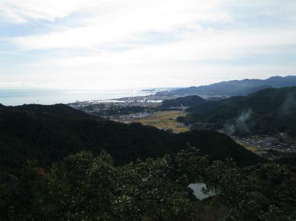 紀宝町井田の尾根道から新宮市とオムラ池の眺め