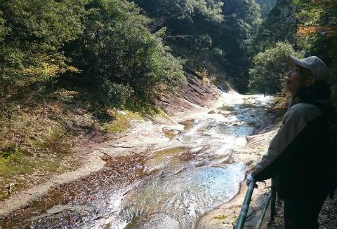 御浜町片川のマユミノ渓谷と語り部ガイドの杉村吉保さん