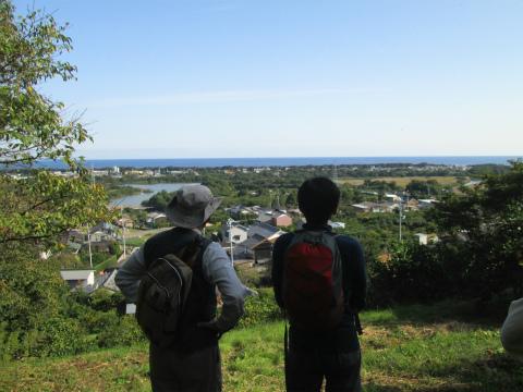 御浜町志原の里山散策中のツアー参加者