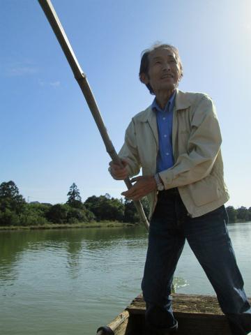 語り部ガイドの清水鎮一さんが志原川の川舟の船頭をする