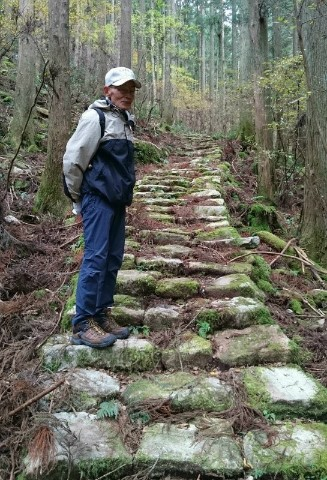 熊野市紀和町の「宮の坂」の石段と語り部ガイドの杉村吉保さん