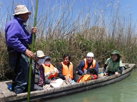 三重県御浜町の志原川で舟下りをするガイドとツアー参加者