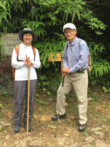 熊野古道伊勢路・馬越峠道にてガイドとツアー参加の女性