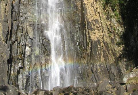 那智の滝にかかる虹