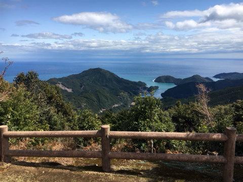 熊野古道伊勢路・八鬼山越えのさくらの森広場から九鬼町の眺め
