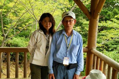 馬越公園展望台にてガイド古山正と女性参加者