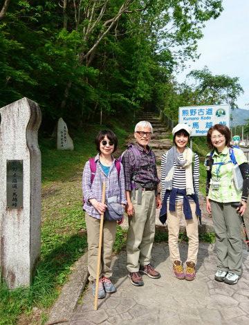 熊野古道伊勢路・馬越峠の登り口にてガイドとツアー参加者