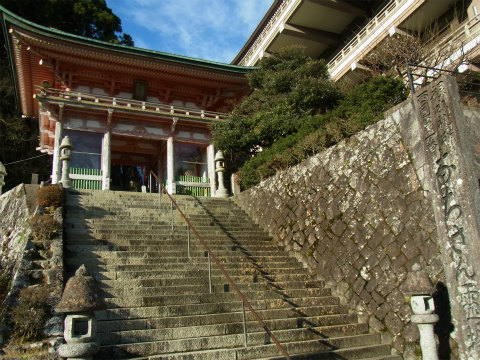 那智山青岸渡寺の大門と石段