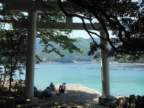 阿古師神社の鳥居と休憩するツアー参加者たち