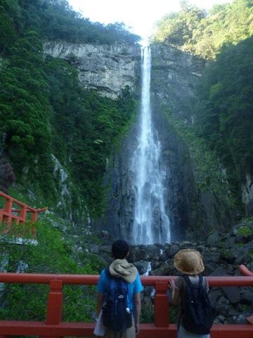 那智の滝を眺めるツアー参加の夫婦