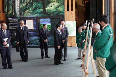 熊野古道センターにて皇太子殿下に説明をする語り部ガイドの内山裕紀子