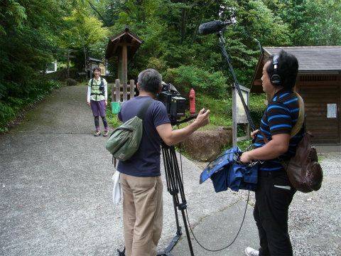 熊野古道伊勢路・馬越峠にて三重テレビ撮影をするガイド内山裕紀子