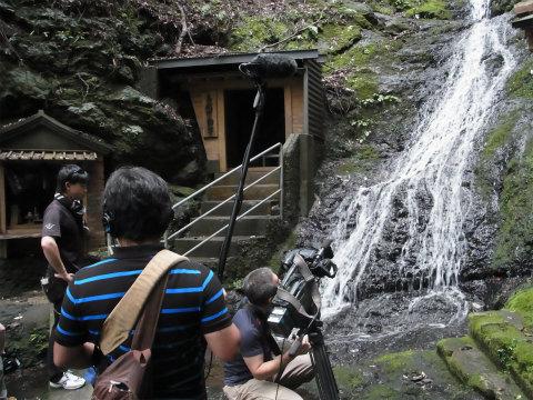 熊野古道伊勢路・馬越不動滝にて撮影する三重テレビクルー