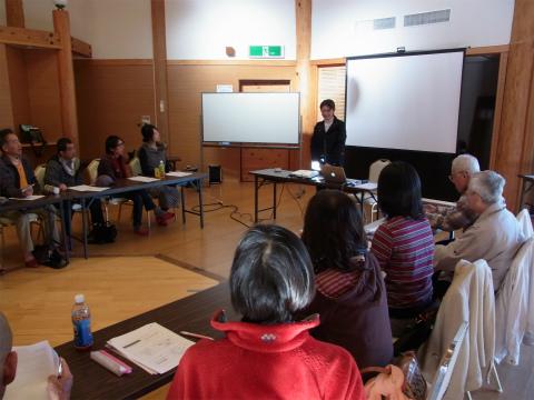 ガイド講座にて講師をするくまの体験企画代表の内山裕紀子と参加者たち