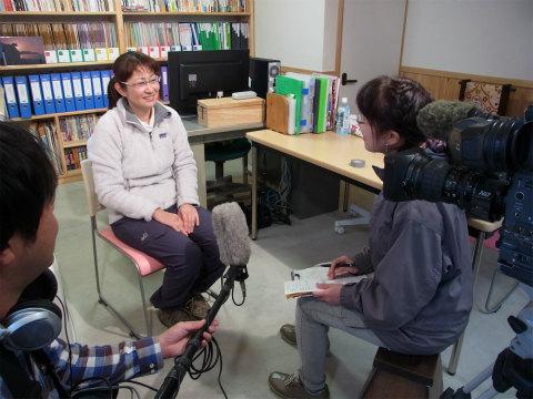 くまの体験企画代表の内山裕紀子がNHKのインタビューを受ける様子