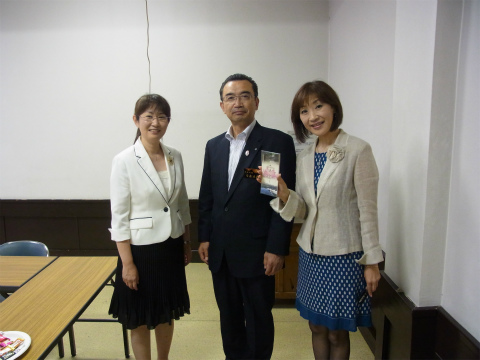 世界遺産シンポジウムに登壇した内山裕紀子と平泉市長と女性アナウンサー