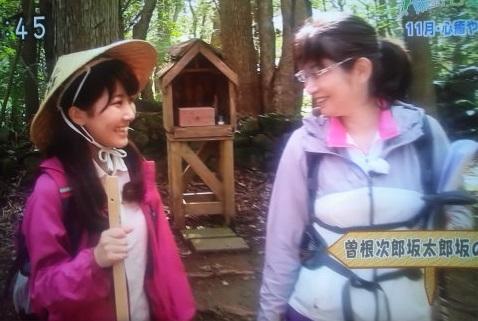 NHKテレビにて熊野古道曽根次郎坂太郎坂ガイドの内山裕紀子と女性アナウンサー