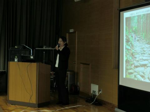 くまの体験企画の内山裕紀子が熊野古道の観光について講演する様子