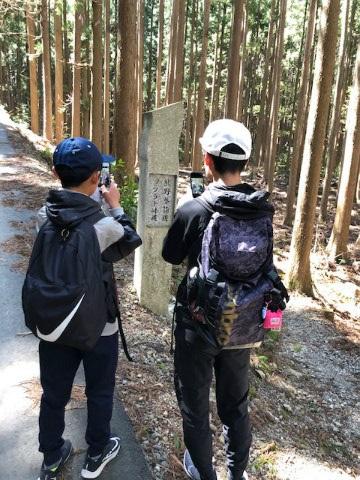 熊野古道伊勢路ツヅラト峠登り口で石柱の写真を撮る小学生2人