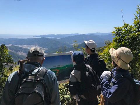 熊野古道伊勢路ツヅラト峠にてガイド川口有三と親子連れ