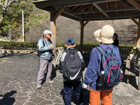 熊野古道伊勢路ツヅラト定坂小公園にてガイド川口有三とツアー参加者の親子連れ