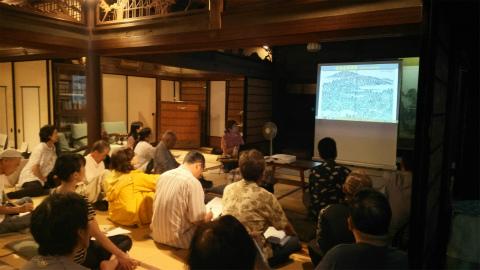 くまの体験企画の内山裕紀子が中世の熊野古道伊勢路について講演する様子