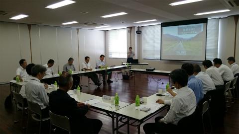 くまの体験企画の内山裕紀子が熊野古道エコツーリズムの講演をする様子