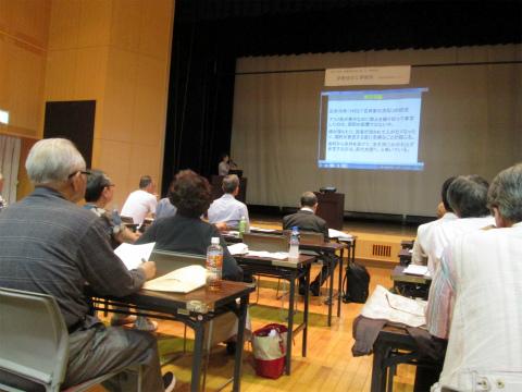 くまの体験企画の内山裕紀子が熊野古道伊勢路について講演する様子