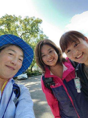 ガイド玉置仁美とエコツアー参加の女性2名の自撮り写真