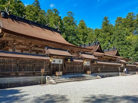 熊野本宮大社の社殿と青空