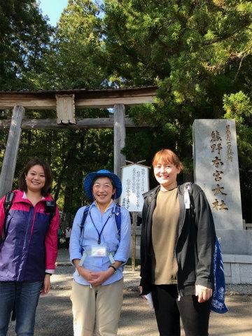 熊野本宮大社の鳥居の前でエコツアー参加者2名とガイド玉置仁美の記念写真