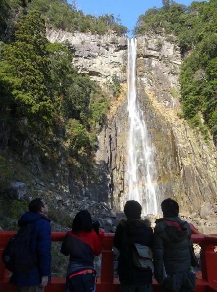 よみがえりの那智山エコツアーにて、那智の滝を眺める参加者4人