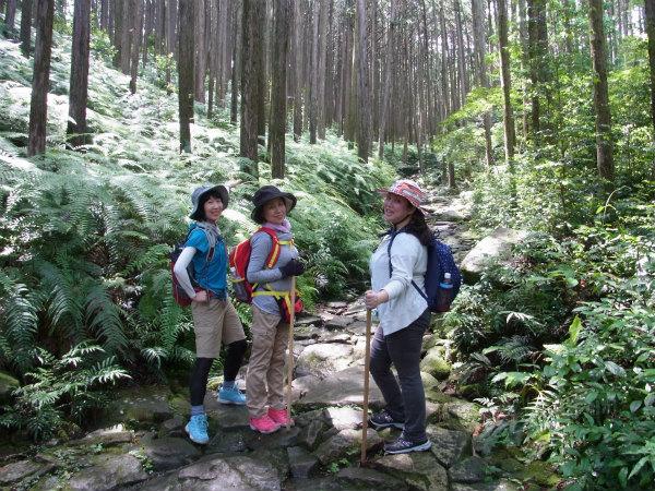 熊野古道伊勢路・馬越峠エコツアーにて石畳に立つ女性参加者3人