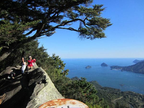 熊野古道馬越峠と天狗倉山トレッキングツアーの男性参加者2人