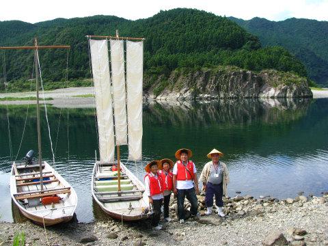 熊野川の三反帆の船頭とツアー参加のご家族