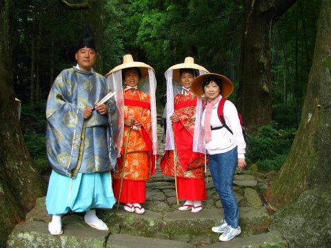 熊野古道大門坂にて平安衣装体験をするツアー参加のご家族とガイド