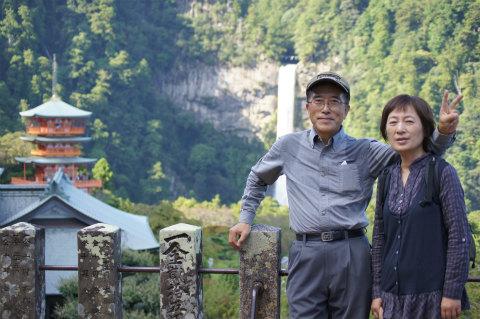 那智の滝と三重塔の前でツアー参加者夫婦の記念写真