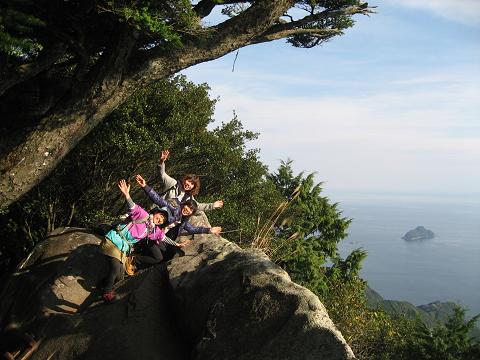 天狗倉山の山頂にて女子旅3人