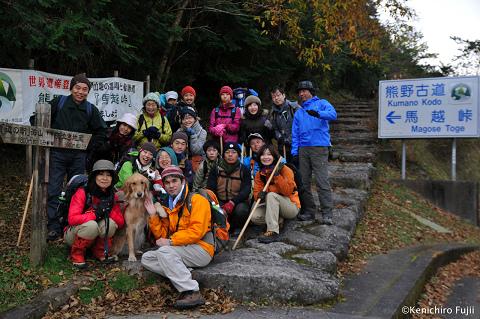 熊野古道伊勢路・馬越峠登り口にてひといき荘ご一行様と犬の集合写真