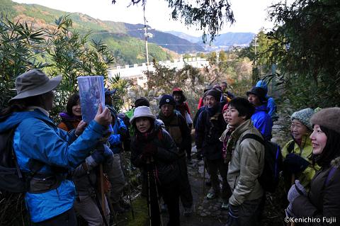 熊野古道伊勢路・馬越峠にてガイド内山裕紀子とツアー参加者たち