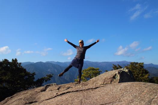 天狗倉山の山頂にて一人旅女性