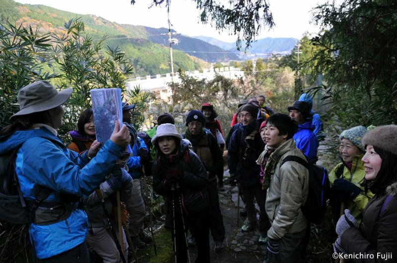 熊野古道伊勢路・馬越峠でガイドする内山裕紀子とグループ参加者