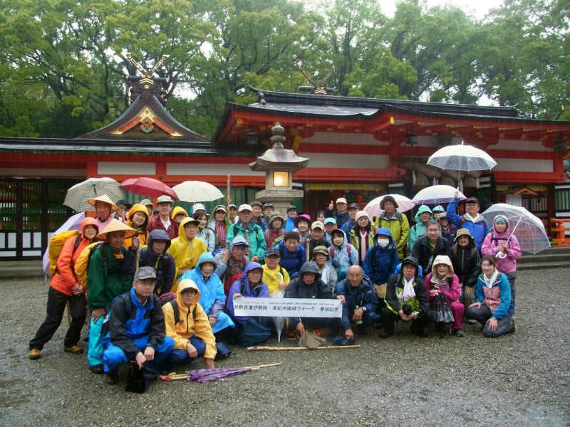 熊野古道伊勢路・東紀州踏破ウォーク、熊野速玉大社にて参加者の集合写真